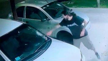 Se enojó por el volumen de la música y atacó dos autos a martillazos