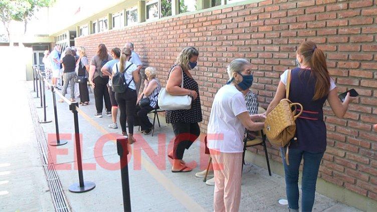 """""""Es esperanza de vida"""": testimonios de mayores de 70 vacunados contra el Covid19"""