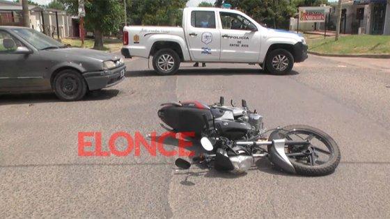 Auto remolcaba a otro con un cable, motociclista no pudo verlo y lo embistió