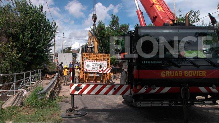 Video: así quitaron la excavadora que quedó atascada en el puente