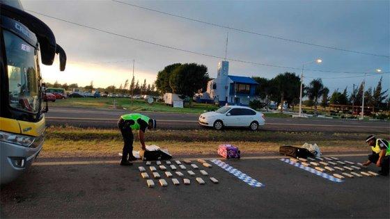 La policía secuestró dos valijas con marihuana en ómnibus y detuvo a una pareja