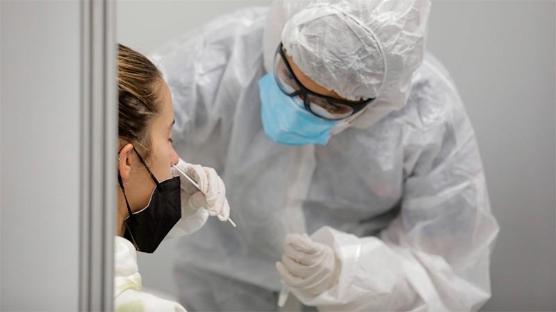 Personal sanitario realiza hisopados en Ezeiza