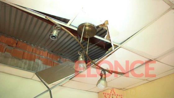 Se reventó un caño y el agua destrozó el techo de una casa: