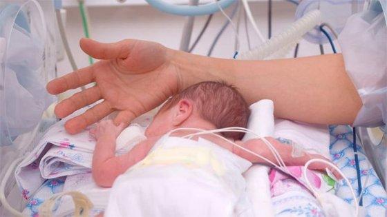 Nació una beba mientras la mamá está grave y pelea por su vida debido al Covid