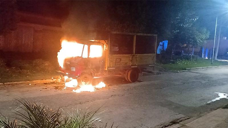 Camión quedó destruido tras incendio intencional: hay un detenido