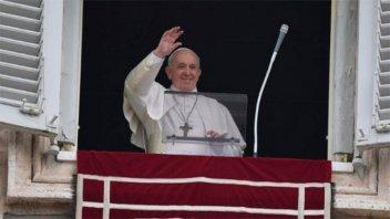 Francisco se mostró al rezar su plegaria semanal: