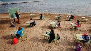 Escuela de España cambió las aulas por la playa para evitar casos de covid-19