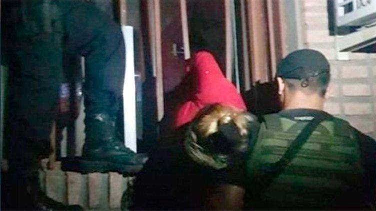 Videos: así rescataron a la ladrona embarazada atascada en una reja