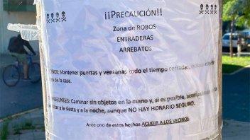 Vecinos de un barrio santafesino ponen carteles para advertir sobre los robos