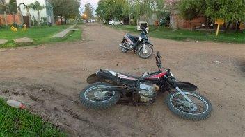 Mujer iba en moto con sus hijos de 4 y 8 años y chocó en intersección de calles
