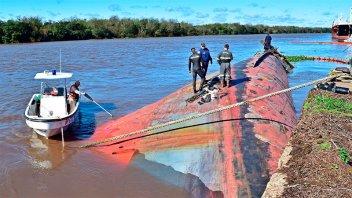 Evalúan cómo retirar un buque hundido en el puerto de Concepción del Uruguay