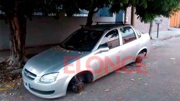 Dejó su auto estacionado bajo un árbol y amaneció sin las cuatro ruedas