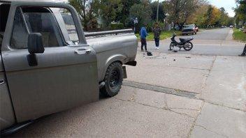 Adolescente conducía una moto y chocó con una camioneta