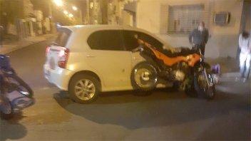 Chocaron un auto y una moto: un joven fue trasladado al hospital
