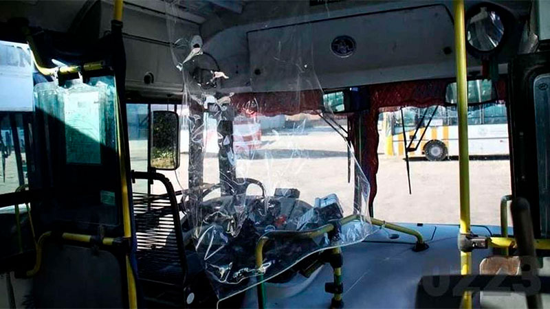 Los agresores arrancaron la mampara de plástico y atacaron al conductor.