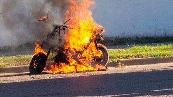 Una moto se incendió por completo en Concepción del Uruguay