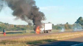 Un camión se incendió mientras circulaba sobre la Ruta Nacional 14
