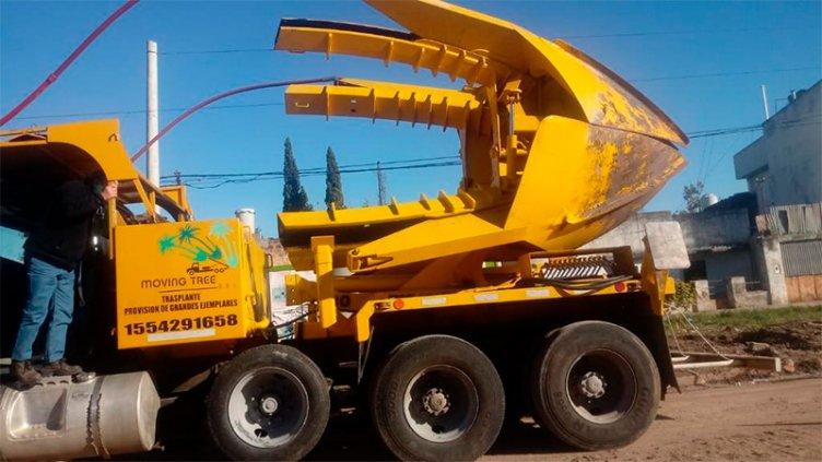 La máquina que usan para replantar árboles que cambian de calle Racedo