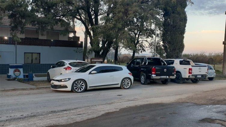Desalojaron fiesta clandestina con luces y DJ: secuestraron siete vehículos
