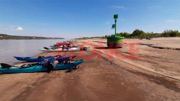 Los efectos de la bajante: Boya quedó encallada en isla de zona de Villa Urquiza