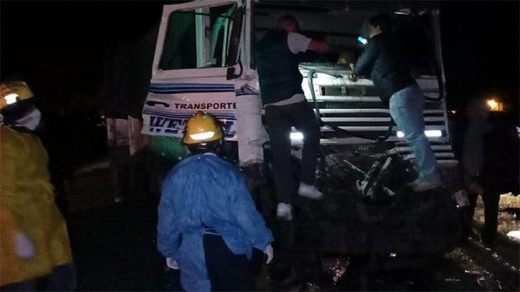 Dos camiones chocaron y uno de los conductores quedó atrapado en la cabina