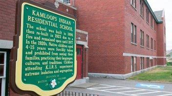 Hallaron restos de 215 chicos indígenas en un viejo internado canadiense
