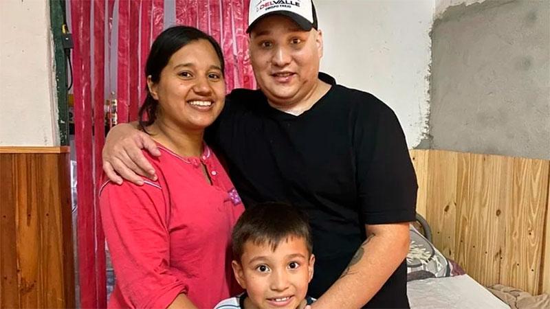Dotti, con su mujer, embarazada y su pequeño hijo.