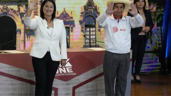 Fujimori, con leve ventaja sobre Castillo en el balotaje de Perú