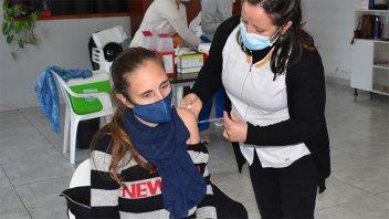 Comenzó la vacunación a docentes y no docentes de Colón