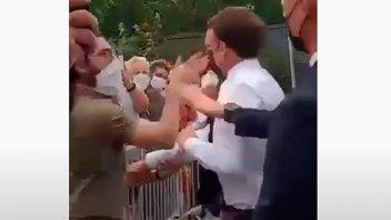 Un hombre abofeteó a Macron en el sur de Francia: video