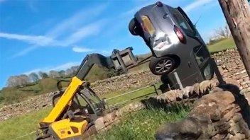 Video: furioso productor volteó con máquina un auto estacionado en su tranquera