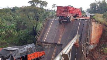 Puente colapsó, cayeron vehículos y tres personas murieron en Paraguay: Imágenes