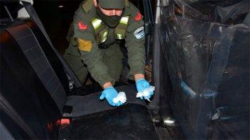 En un remis transportaban cocaína y dinero en efectivo