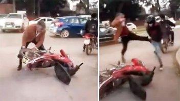 Video: Juez atacó a patadas a un cadete y le tiró la moto al piso