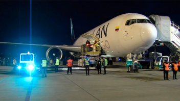 Llegó al país un vuelo con 934.200 dosis de Astrazeneca