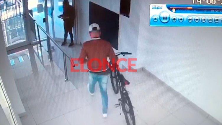 Robó una bicicleta de un edificio céntrico y quedó registrado: el video
