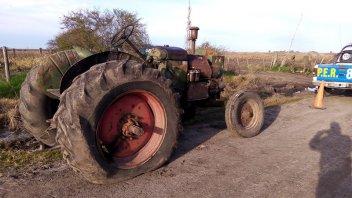 Robaron un tractor y lo dejaron abandonado en un camión vecinal