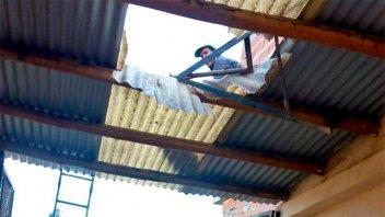 Un albañil cayó desde seis metros de altura y atravesó el techo de un garage