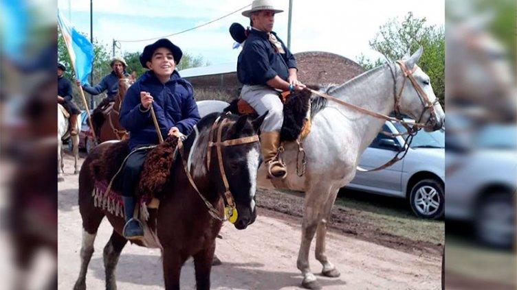Músico entrerriano entrega a caballo banderas argentinas a escuelas rurales