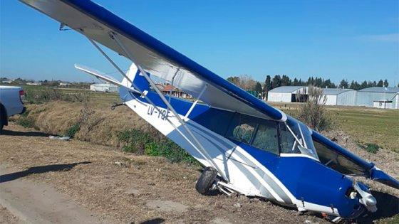 Despistó avioneta y aterrizó a un costado de autopista: el piloto resultó ileso