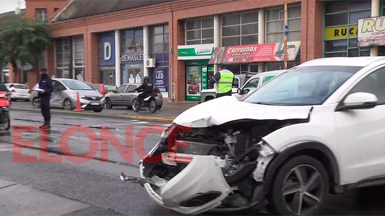Tremendo choque sobre transitada avenida: uno de los autos quedó a contramano