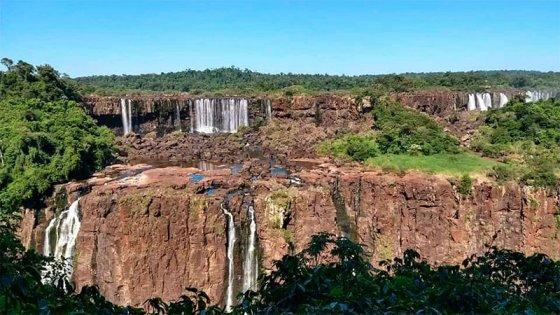 Las Cataratas del Iguazú casi sin agua y piedras al descubierto: fotos y videos