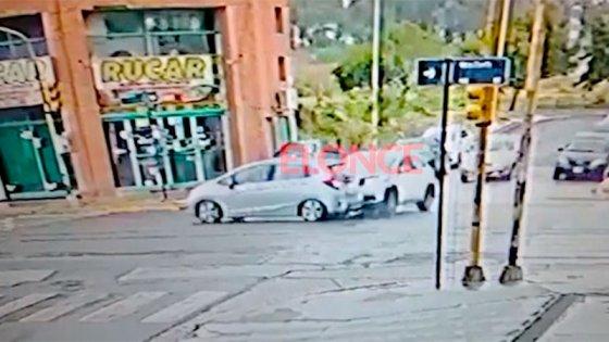 El momento del choque entre dos autos en Avenida Almafuerte: video del accidente