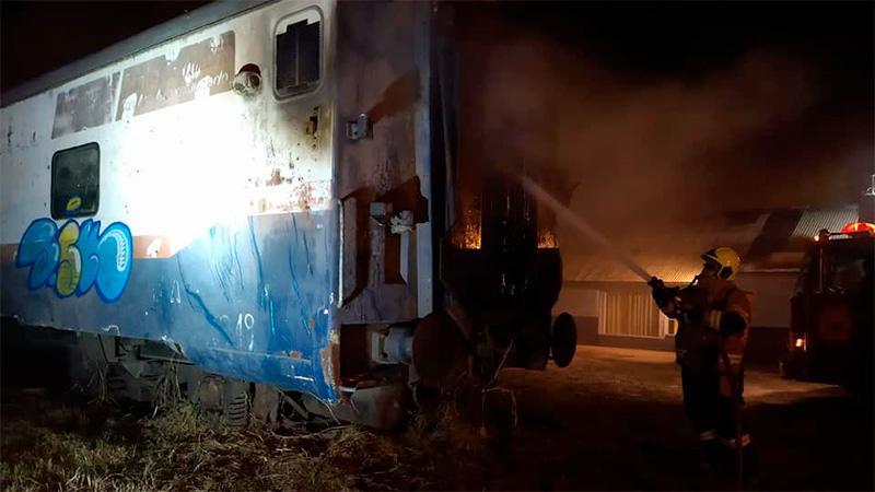 Incendió el vagón en el que dormían su ex pareja y una niña.-