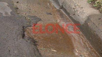 Vecinos de barrio Corrales reclaman por varios caños rotos