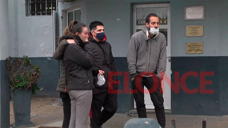 Amigos y allegados a Calleja en Comisaría Cuarta