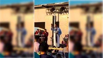 Sacerdote bendijo una fiesta clandestina: el video y su descargo