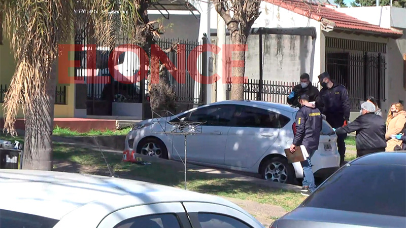 Peritan un a auto sobre calle Ayacucho al 1400.-
