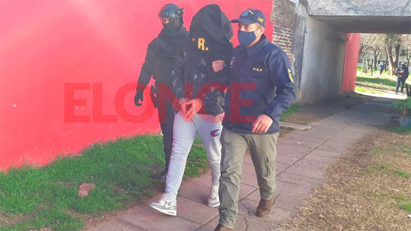 Uno de los detenidos tras allanamientos simultáneos.-