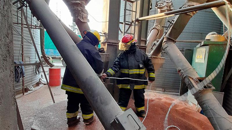 Bomberos de Nogoyá rescataron a un trabajador que había caído en un silo